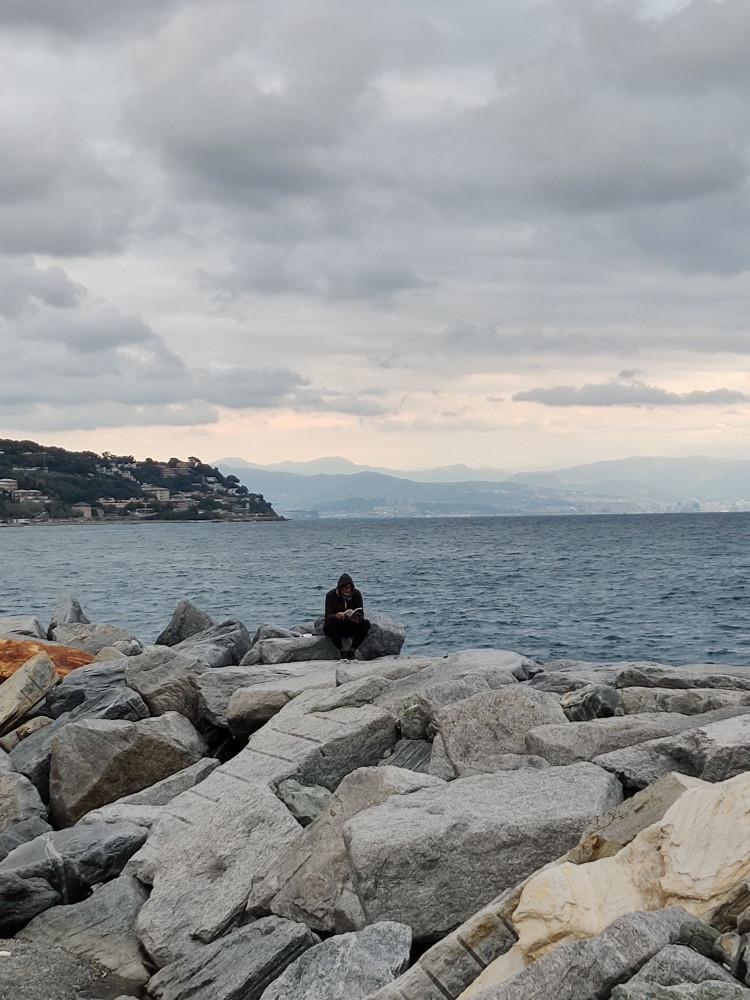 Вот сидит спиной к морю и читает книгу ( книгу!)