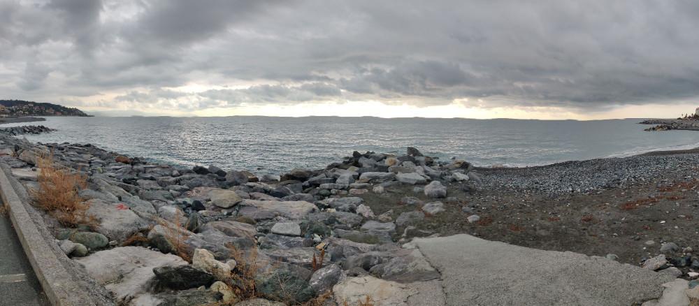 Это я пыталась снять панорамную фотографию. Линию горизонта вести горизонтально очень трудно, точнее невозможно.