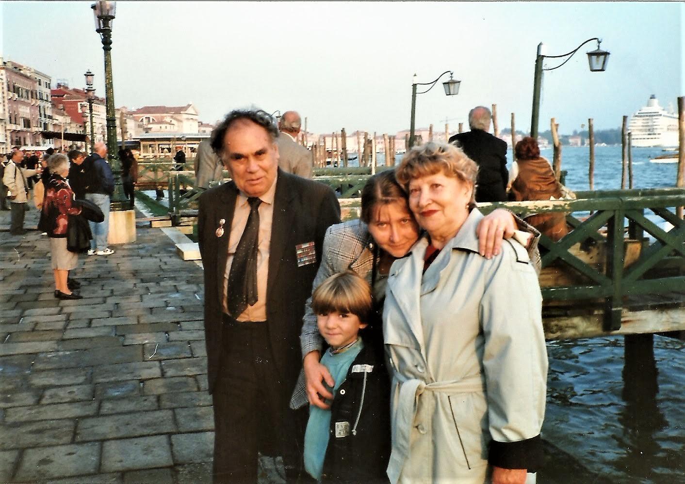 В 90е папа приезжал поездом до Венеции. Я его встречала на вокзале Санта Лючия. В 1996 он приехал вдвоем с мамой.
