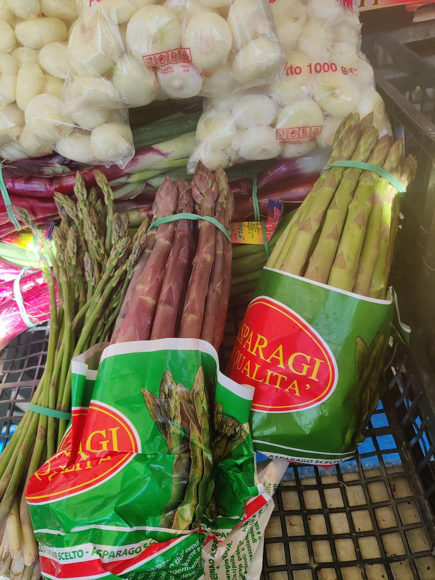 На рынке сфотографировала три типа спаржи. Дикая, фиолетовая и зелёная.