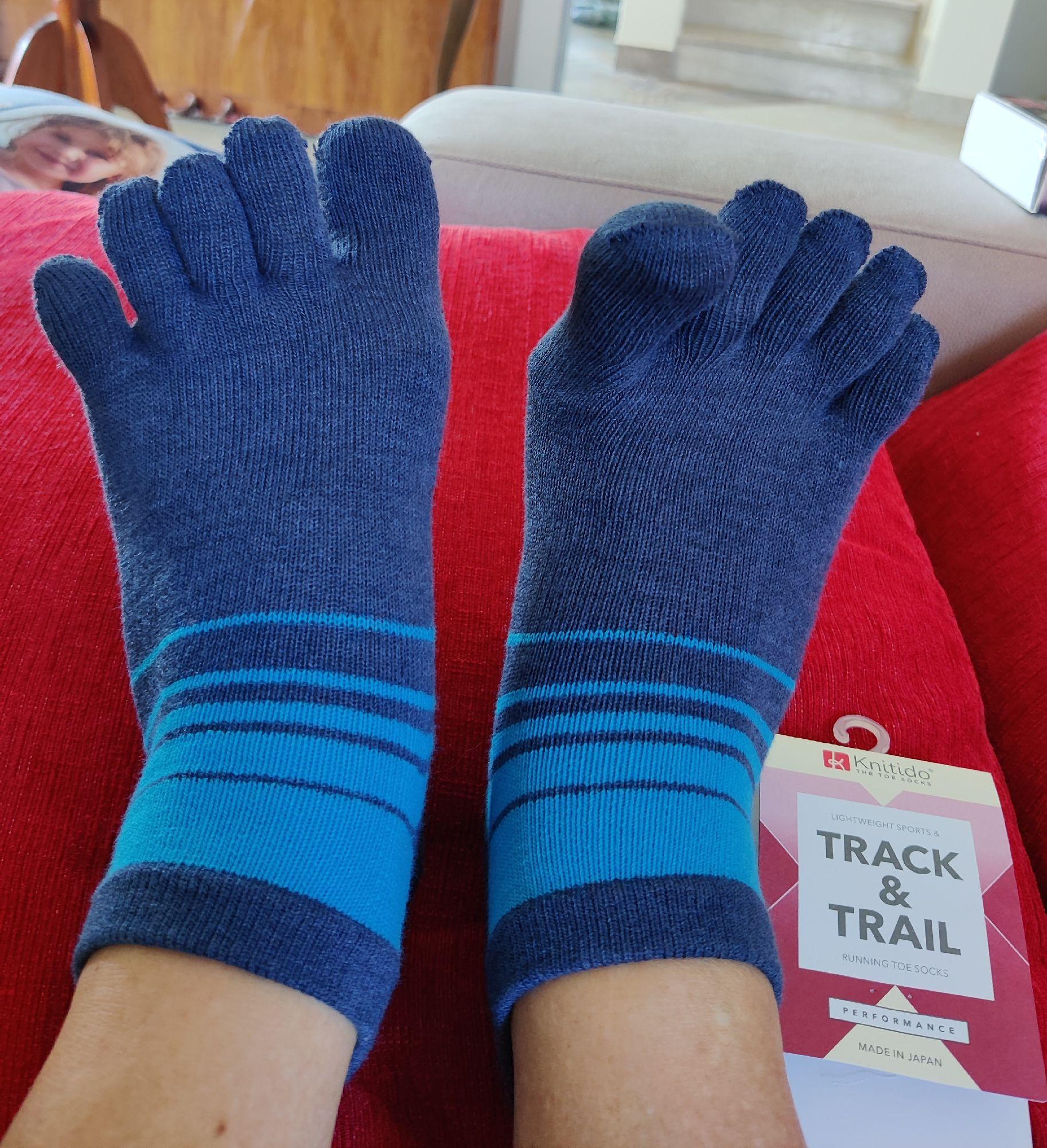 А это мои новые носки. Утомительно надевать, но удобно шевелить пальчиками и бороться с вальгусной деформацией...