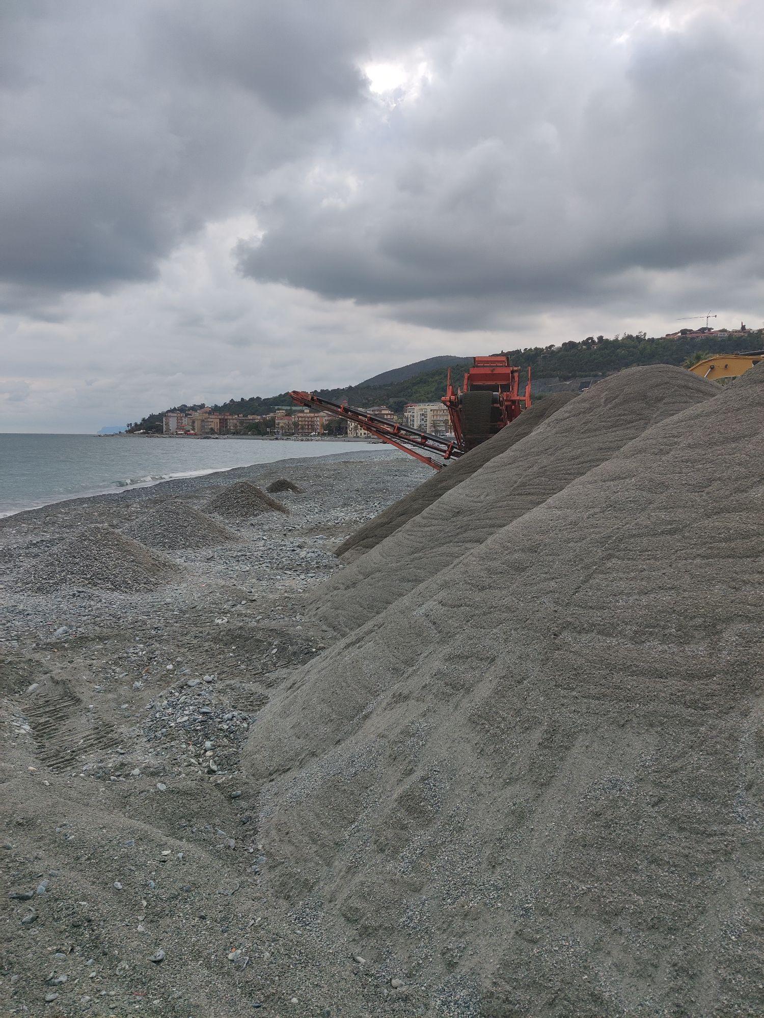Уму не постижимо, какие усилия прилагаются для частных пляжей. И все эти ухищрения по отделению песка от гальки до первого шторма.