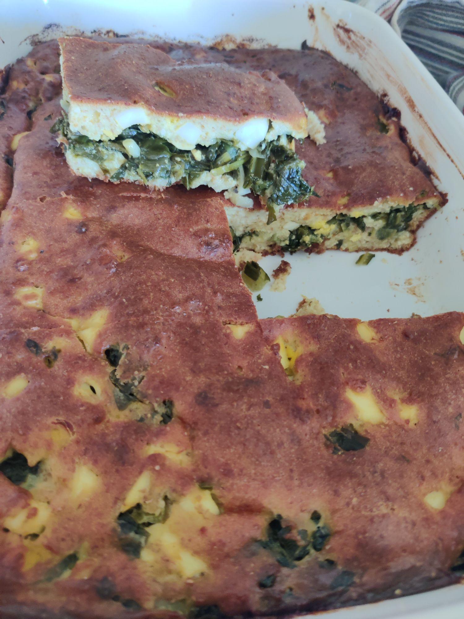 Петро регулярно носит зелёный лук. Охапками. Пеку заливной пирог на муке с отрубями , кефиром и творогом.