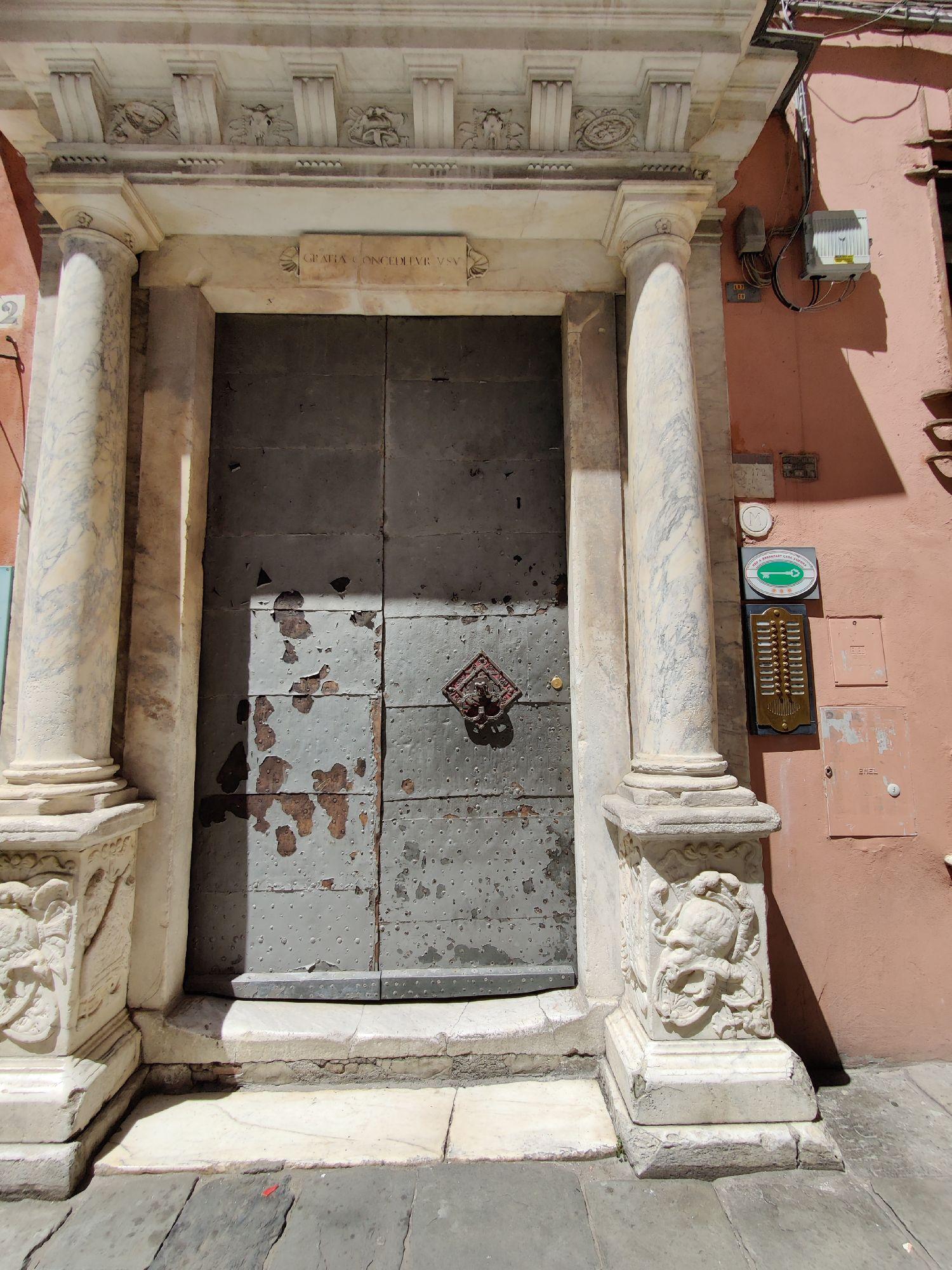 Дверь в под'езд