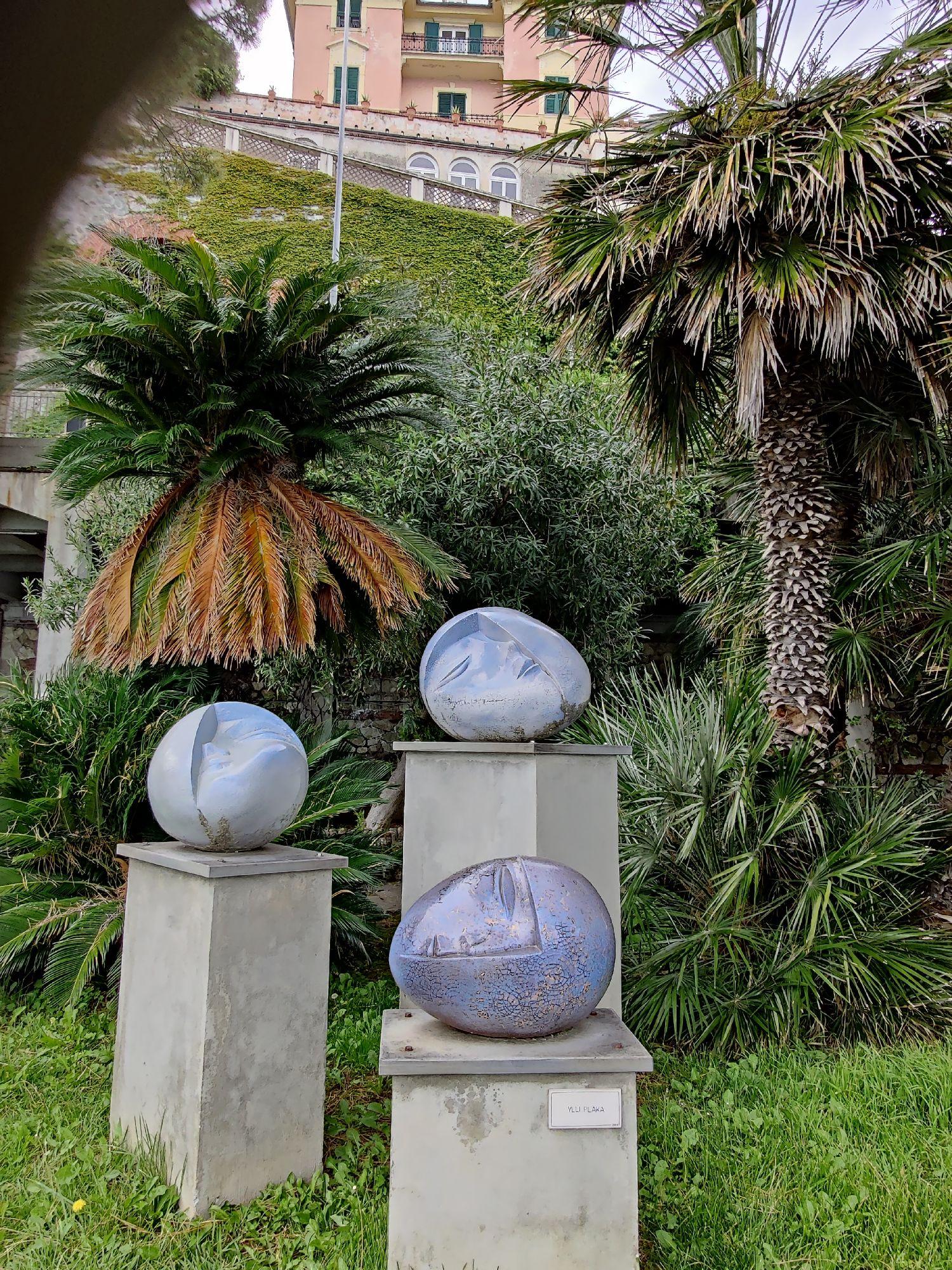 В городе много керамической скульптуры