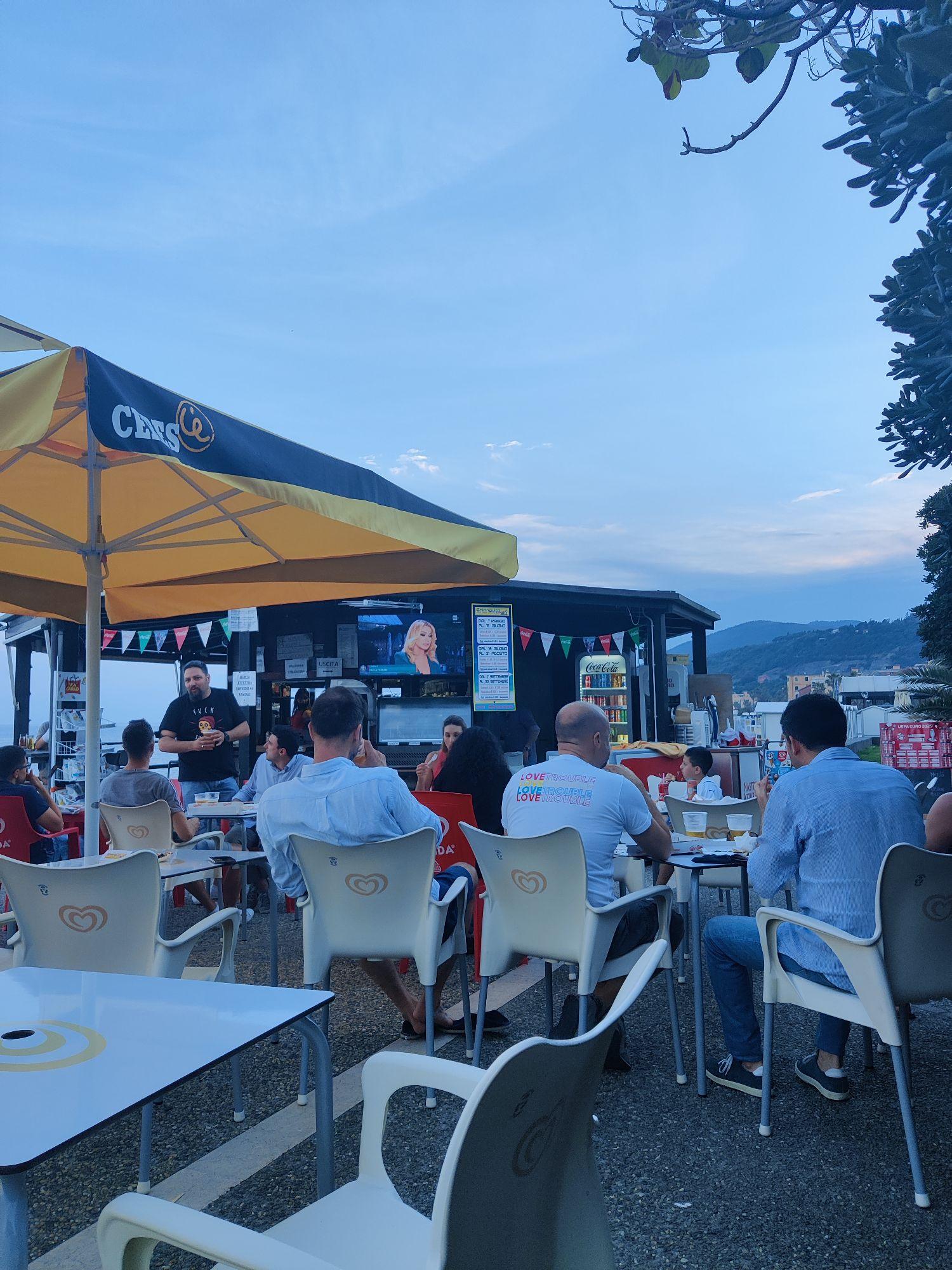 Народ готовится смотреть матч Италия - Швейцария.