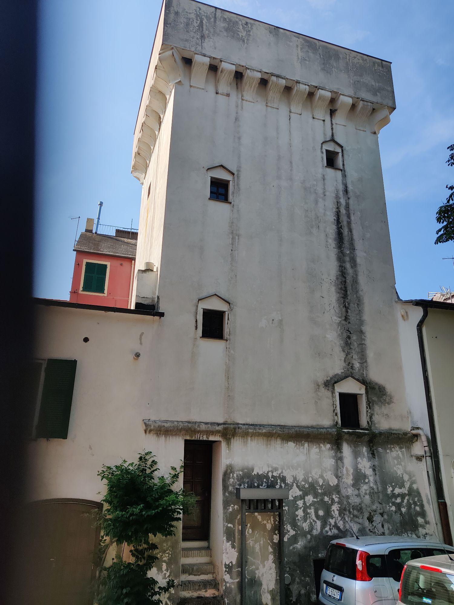 Около почты одна из древних городских башен, приспособленных для жилья.