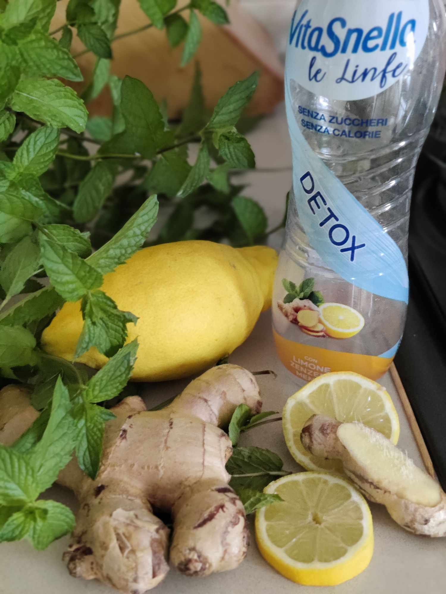 Детокс.Для ленивых продают в бутылках. Я делаю из мяты, которая растет в саду, как бурьян, лимона и имбиря.