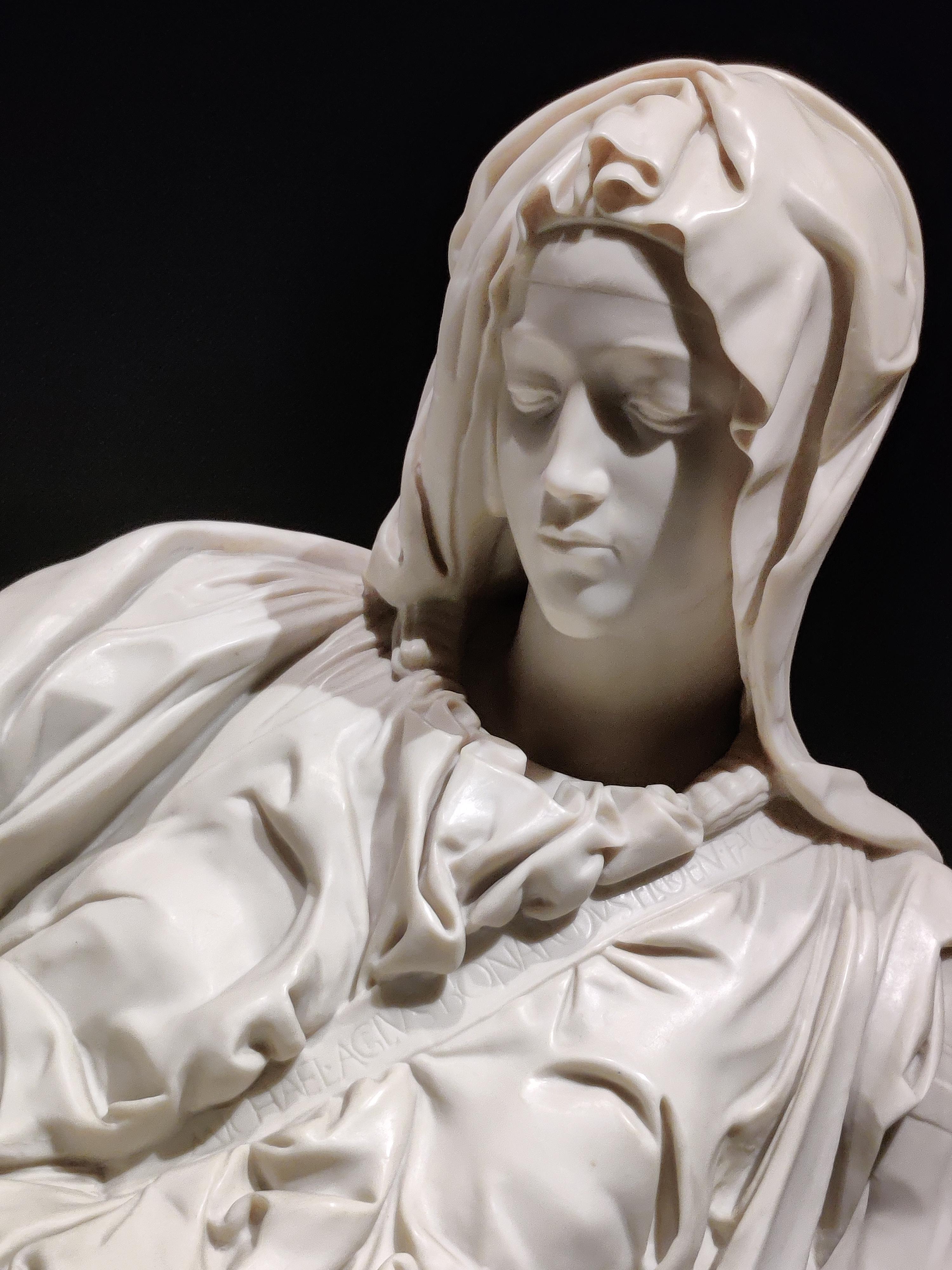"""Микеланджело 24 года.Это единственная подписанная им работа. ( На ленте, пересекающей грудь Богоматери, написано по латыни """"Микеланджело Буонаротти флорентиец исполнил"""")"""