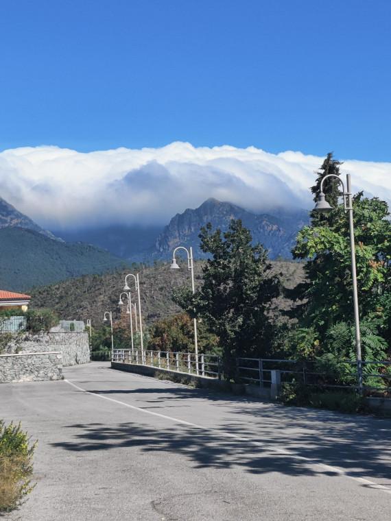 Одеяло из плотных облагов, застрявших в горах, обещает изменение погоды.