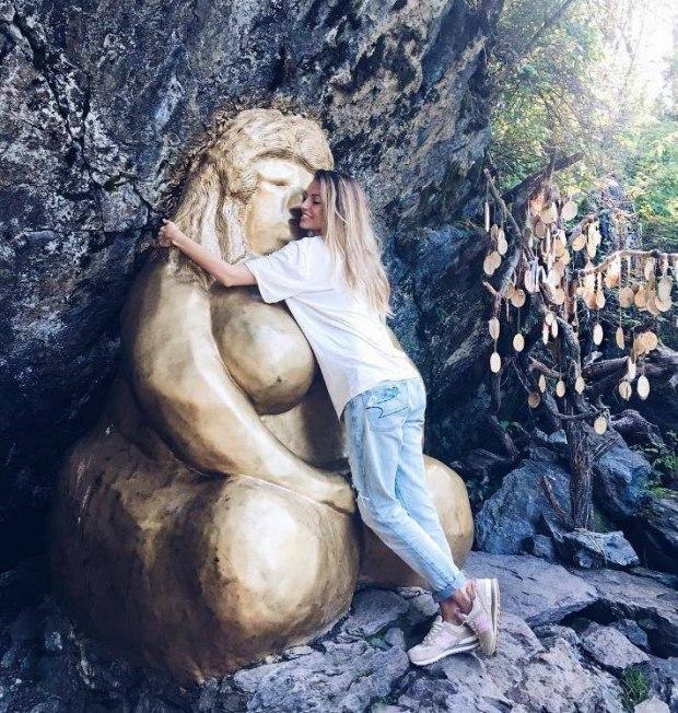 Позолоченная деревянная баба