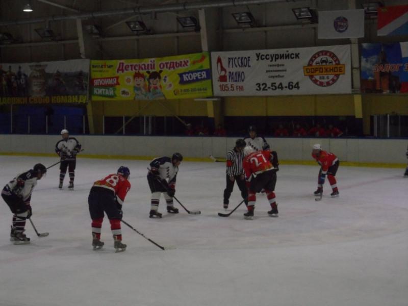 Матч команд Владивостока (в красном) и Дальнегорска.