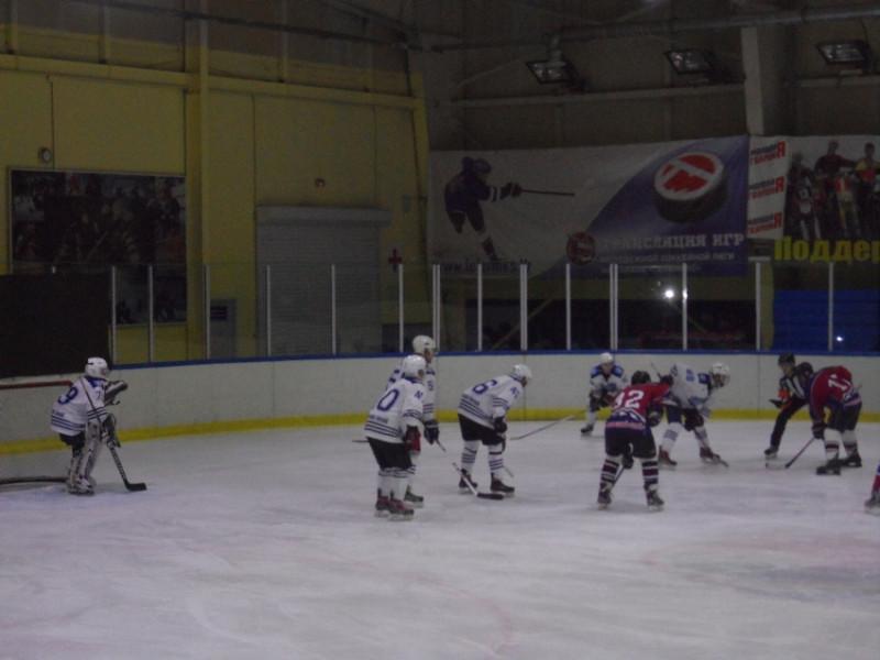 Играют команды Большого Камня (в белом) и Дальнегорска.