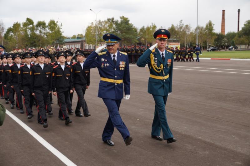 Владимир Шишкин (в центре слева) на параде в Уссурийском суворовском военном училище. Фото предоставлено Владимиром Шишкиным.