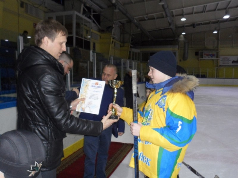 """Кубок за первое место вручается команде """"Приморье""""."""