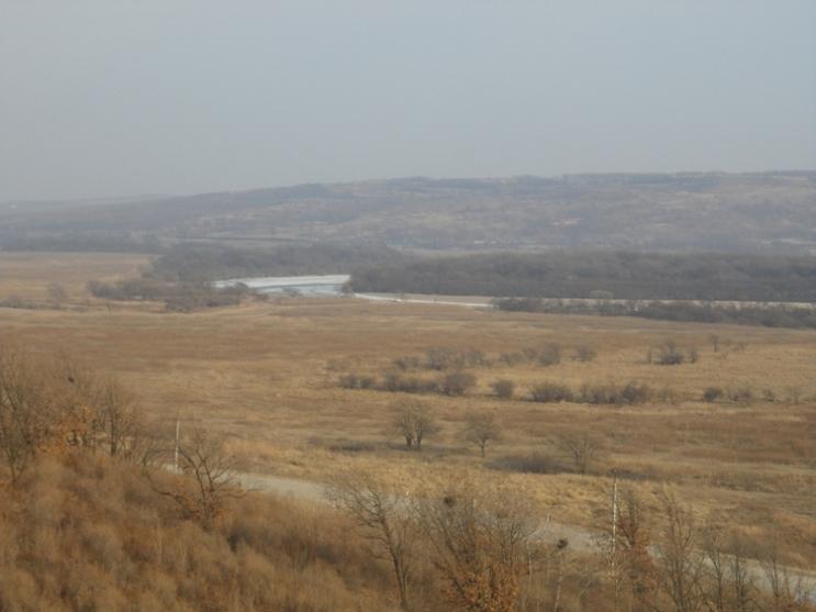"""Оттуда же - с """"Башни солнца"""", но если смотреть в обратном направлении. Дорога на Красный Яр уходит вправо, на Уссурийск - влево. Вдали - река Раздольная и железная дорога."""