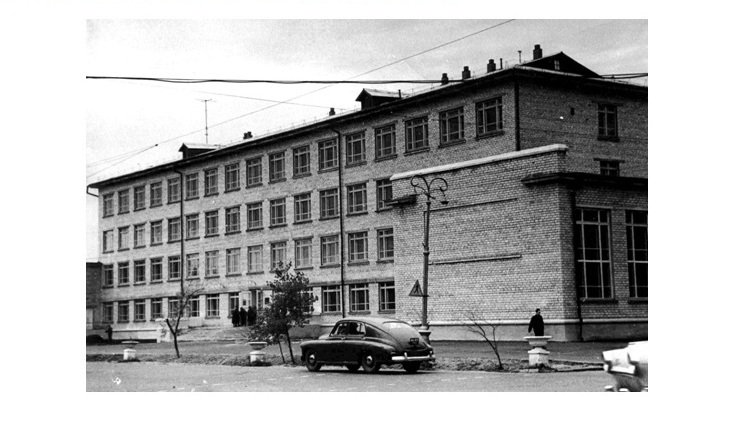 В 1963 году по типовому проекту конца 1950-х годов на ул. Некрасова был выстроен главный корпус УГПИ. Фото 1964 г.
