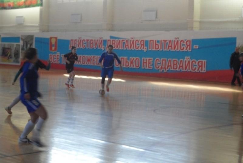 """В синей форме футболистки команды """"Владивосток"""", в черной - Большого Камня."""