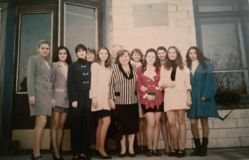 Выпускники 2001 года выпуска и преподаватель Прудченко Марья Ивановна. Фото предоставлено Анной Пашкевич.