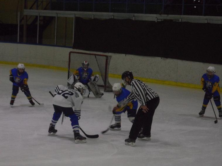"""Матч команд """"Адмирал-2009"""" (Владивосток, в белой форме) и """"Приморье"""" (Уссурийск, в синей форме)."""