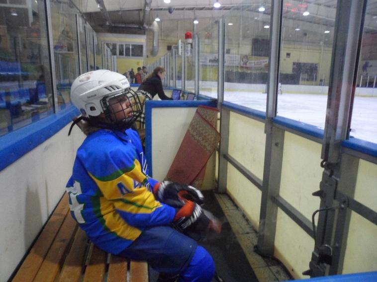 """Игрок команды """"Приморье"""" на скамейке штрафников."""