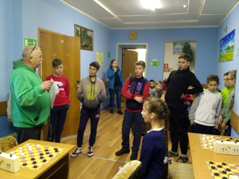 Слева - президент федерации шашек Приморского края Федор Кошелап.