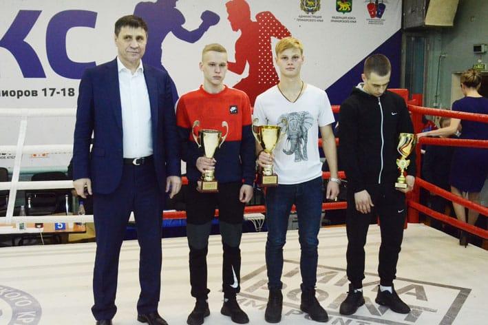Родион Крысин с призерами турнира.
