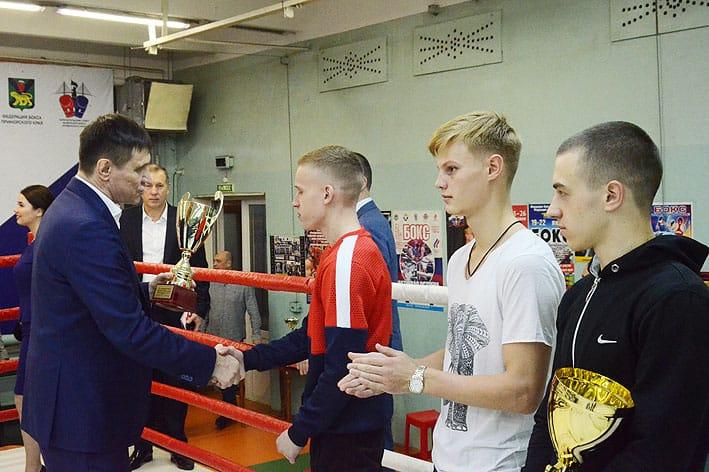 Награждение боксеров категории до 56 кг.