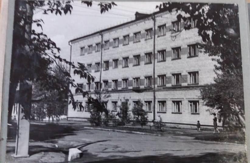 Здание общежития культпросветучилища, ул. Калинина, 2. Фото 1978 года. Эта и следующая фотография предоставлены Евгенией Чурсиной (Приморский краевой колледж культуры).