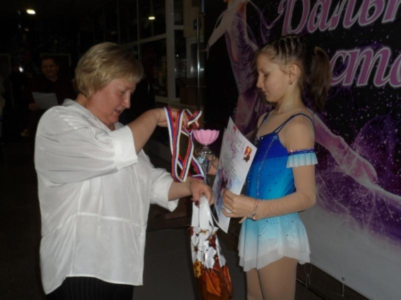 Татьяна Крештель вручает награду.