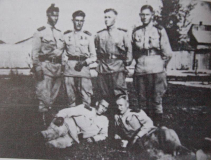 Сержант Диденко Н.С. (второй слева) со своим взводом, 1945 год. Иллюстрации предоставлены Виталием Тюриным.