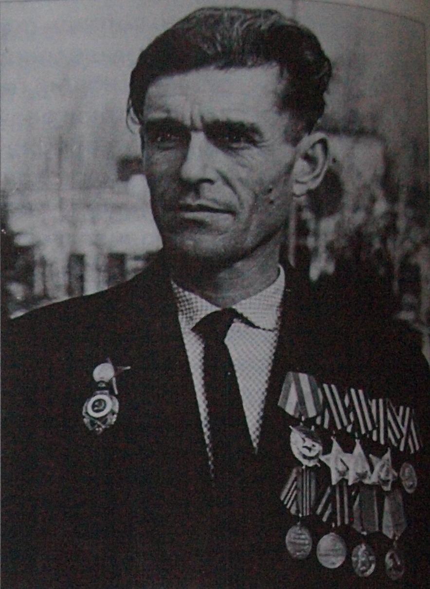 Полный кавалер ордена Славы, командир взвода 102-й разведроты, старшина Н.С. Диденко.