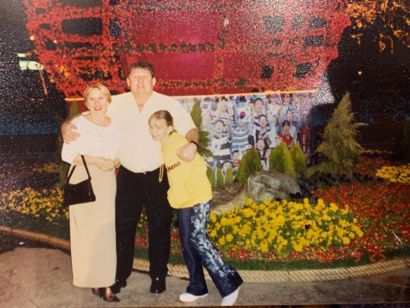 Юрий Емец с женой Ириной и дочкой Анной, последнее совместное фото, Сеул, 25 марта 2003 года. Фотография предоставлена Ириной Емец.