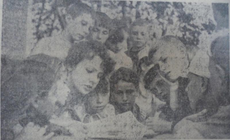 Пионервожатая Татьяна Ермашова читает книгу ребятам 11-го отряда, 1975 год.