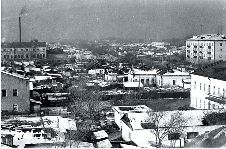 Начало строительства нового учебного корпуса Уссурийского государственного педагогического института по улице Чичерина. Зима 1969 года.