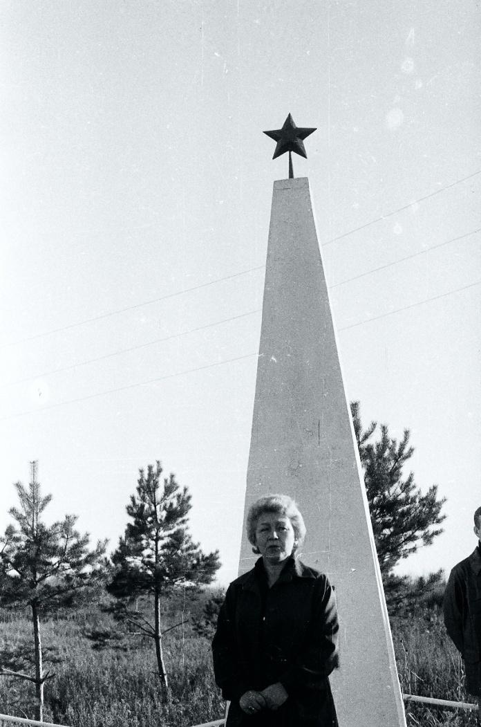 У памятника, 1985 год, фото - Александр Коляда.