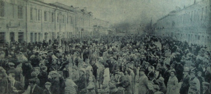 """Празднование 1-го Мая. Улица Тимирязева загружена, 1965 год, газета """"Коммунар""""."""