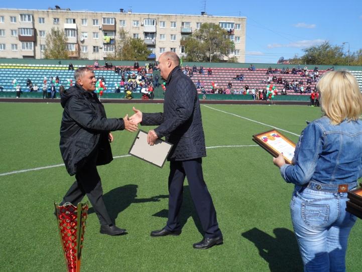 Награду Анатолию Маничу вручает Александр Костенко.