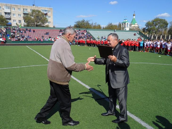 Владимир Ягонцев награждает Анатолия Харселя.