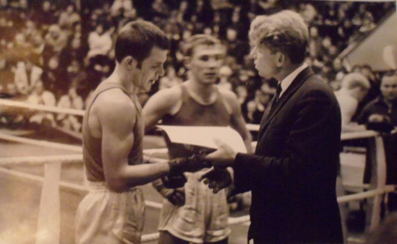 Виктор Сумароков получает награду.