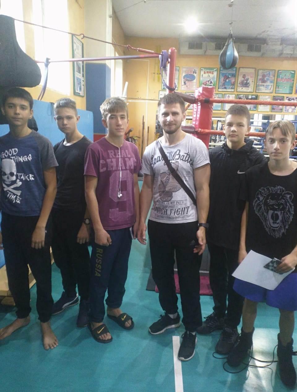 Уссурийские боксеры с тренером Игорем Ярмульским.