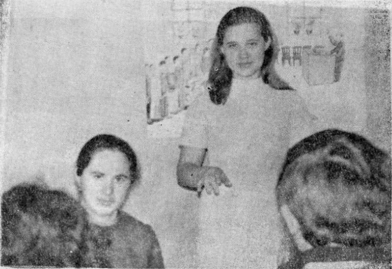 Светлана Ефимова и Галина Савенко выступают в городском атеистическом университете.