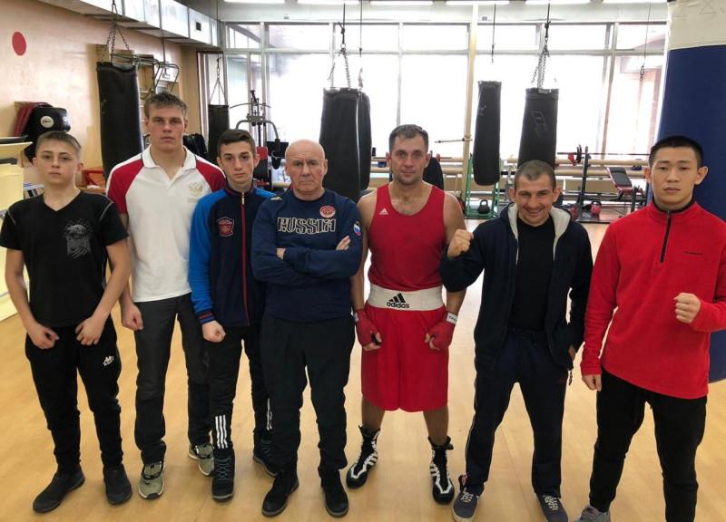 Александр Коровин (в центре) со спортсменами, занимающимися под его руководством. Фото предоставлено Александром Коровиным.