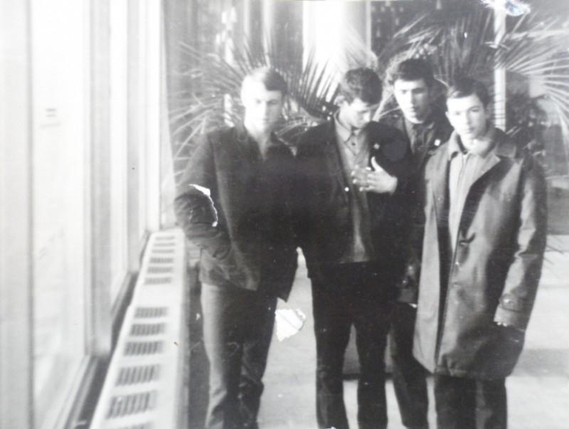 В аэропорту Домодедово, Юрий Коломеец - второй слева.