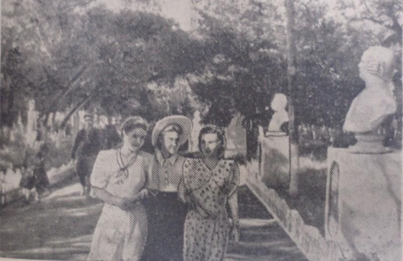 """На центральной аллее парка """"Зеленый остров"""", фото Е. Абезгауза, август 1951 года. Это и следующее фото из газеты """"Коммунар""""."""