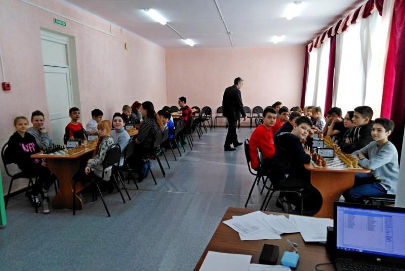 Участники шахматного турнира и Григорий Капранов, эта и все следующие фотографии - Сергея Орлова.