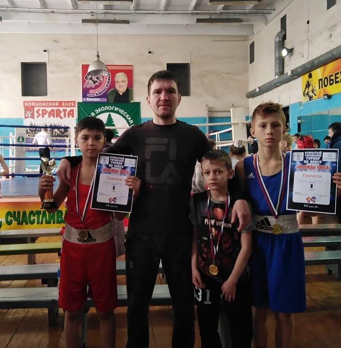 Максим Волохатюк с юными уссурийскими боксерами. Эта и все следующие фотографии предоставлены Максимом Волохатюком.