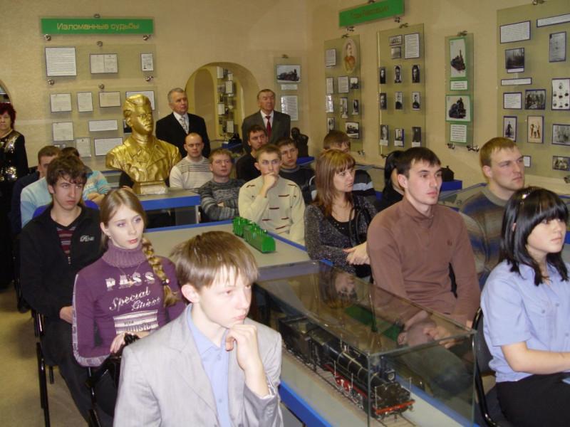 Работникам завода рассказывают о Сталинградской битве, февраль 2010 года.