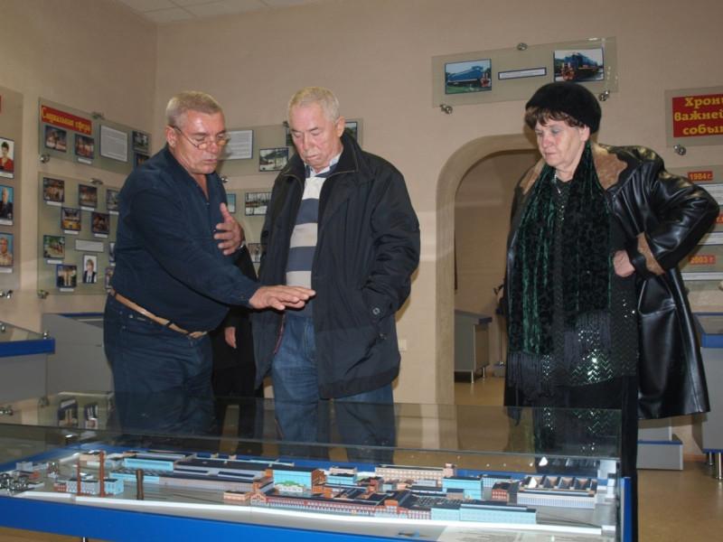 Николай Тимохов, Владимир Ведерников и председатель заводского Совета (на тот момент) Нелли Назаренко.
