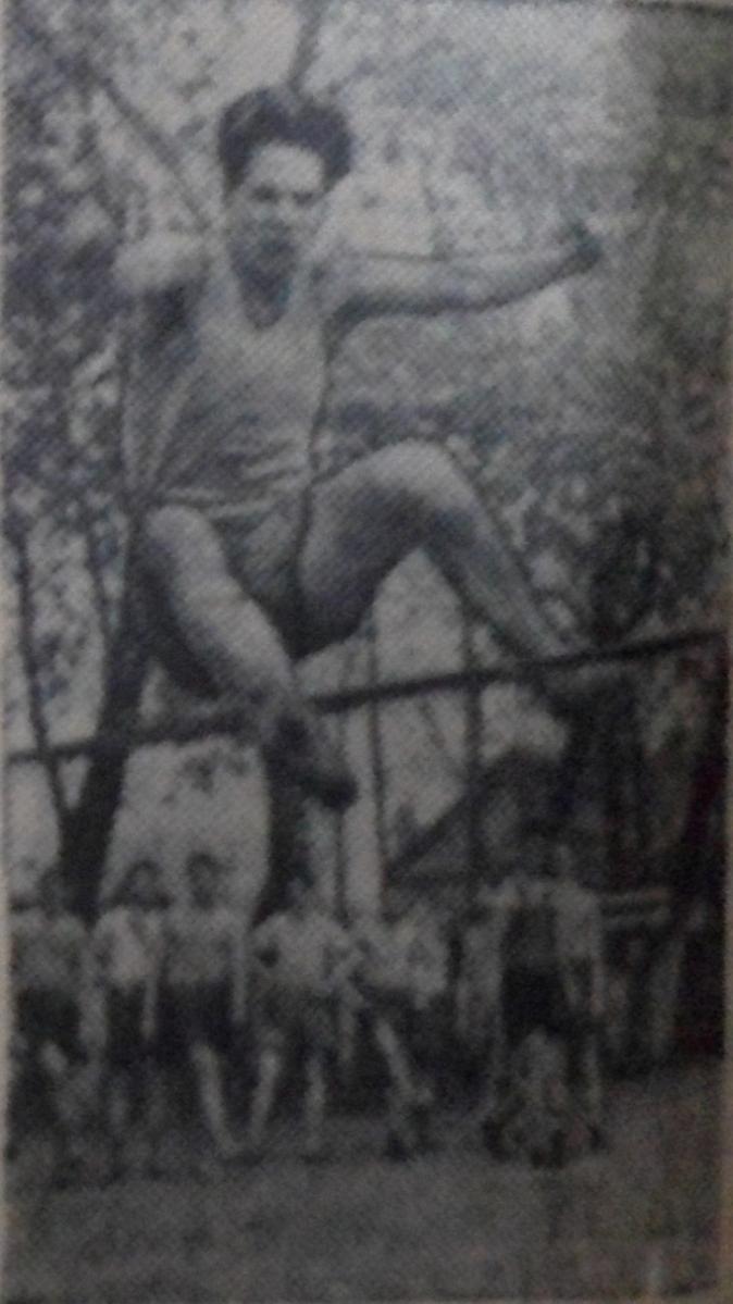 """Учащийся 9-го класса """"Б"""" А. Гриненко прыгает в высоту."""